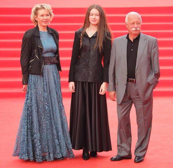 Леонид Якубович с дамами на красной дорожке