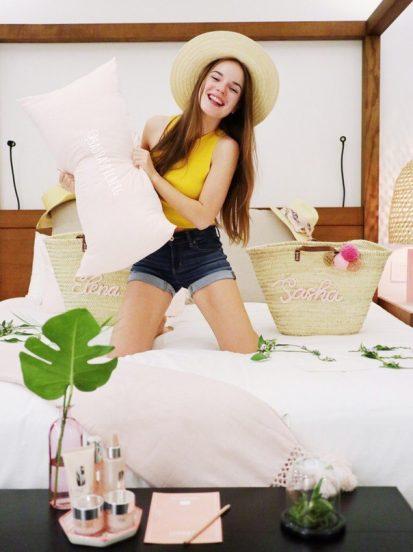Саша Спилберг на кровати