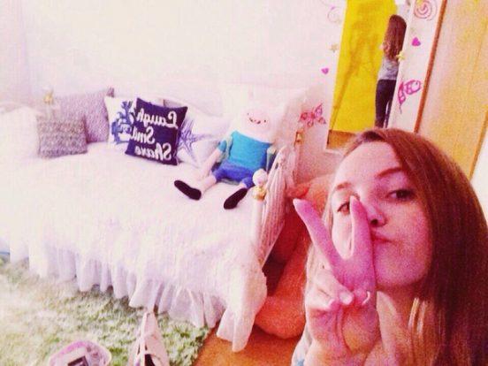 Марьяна Ро в своей комнате