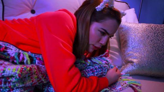 Марьяна Ро на кровати в своей комнате