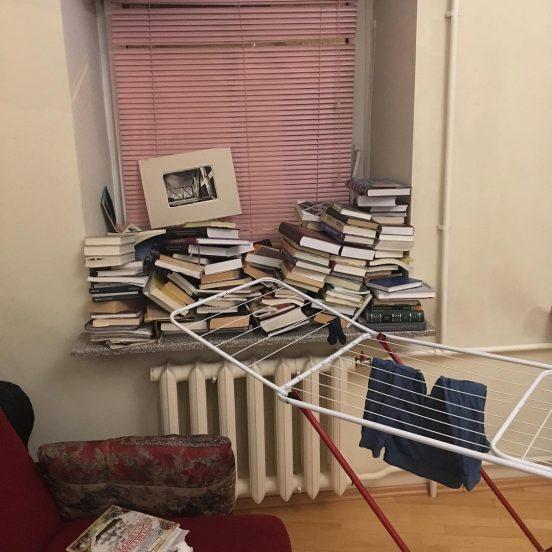 Книги в квартире Оксимирона