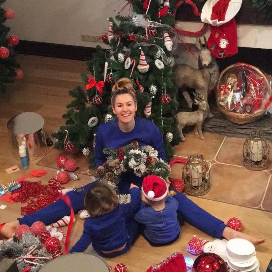 Мария Кожевникова у ёлки с детьми