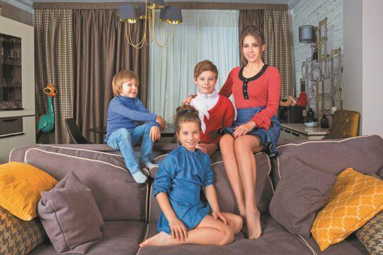 Юлия Барановская с детьми в своей квартире в Москве