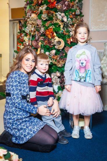 Юлия Барановская с детьми у ёлки