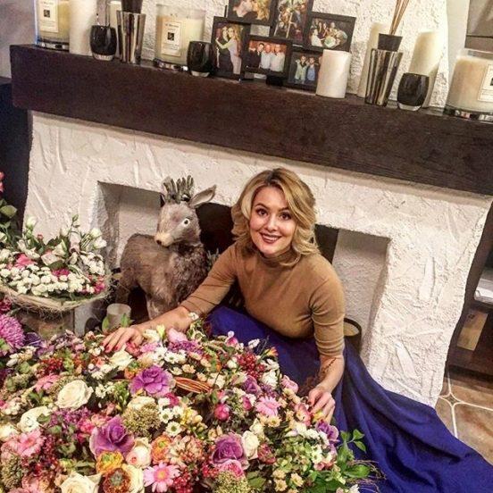 Мария Кожевникова у камина с цветами