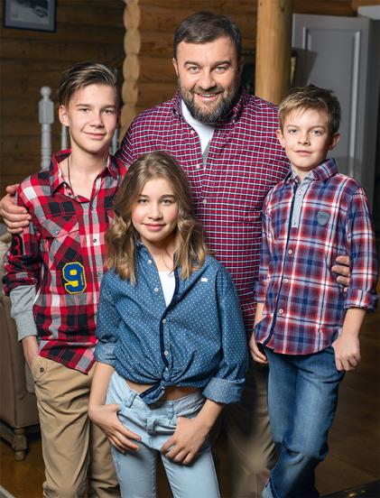 Михаил с детьми в гостиной