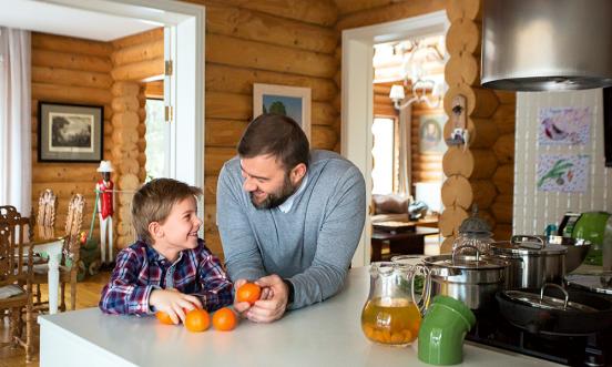 Пореченков с сыном на кухне