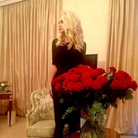 Виктория Лопырёва с букетом красных роз