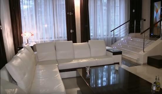 Белый диван, стол и лестница
