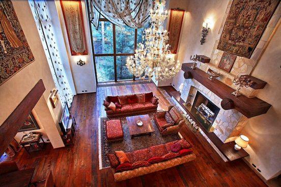 Гостиная с камином в доме Алсу