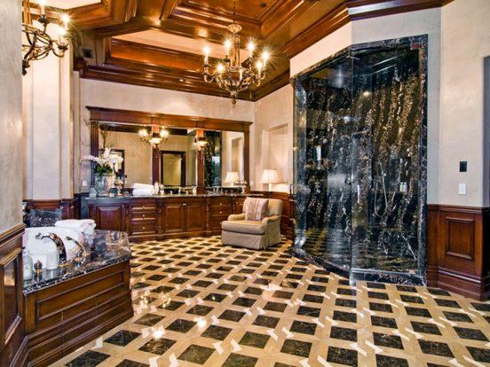 Большая ванная комната в классическом стиле в доме Алсу