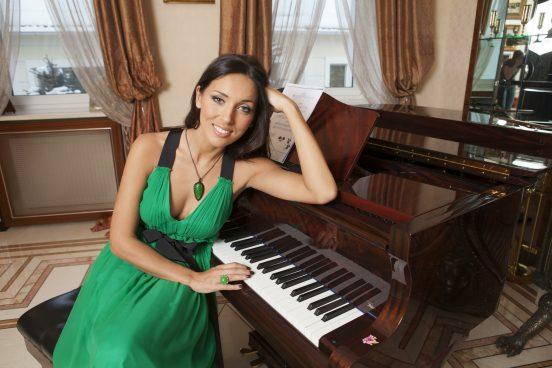 Фото певицы Алсу за роялем в её доме