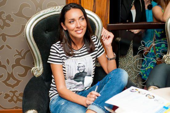 Фото Алсу, сидящей в кресле старинного дизайна