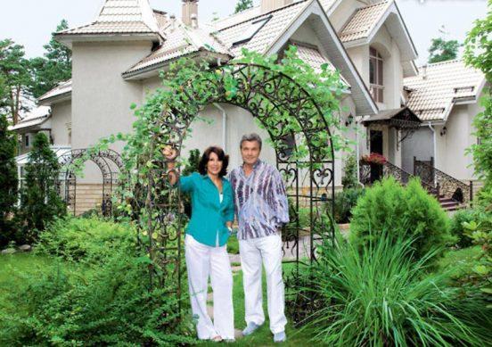 Лев Лещенко с женой около своего дома
