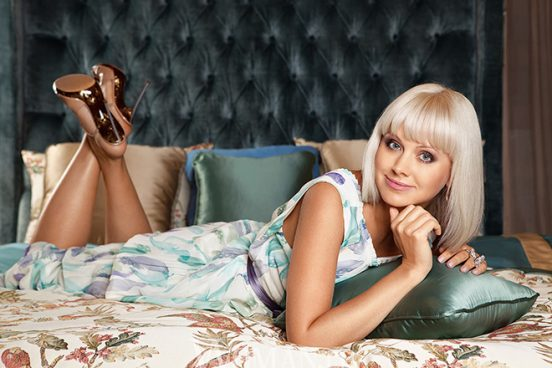 Фото певицы Натали на кровати в её квартире