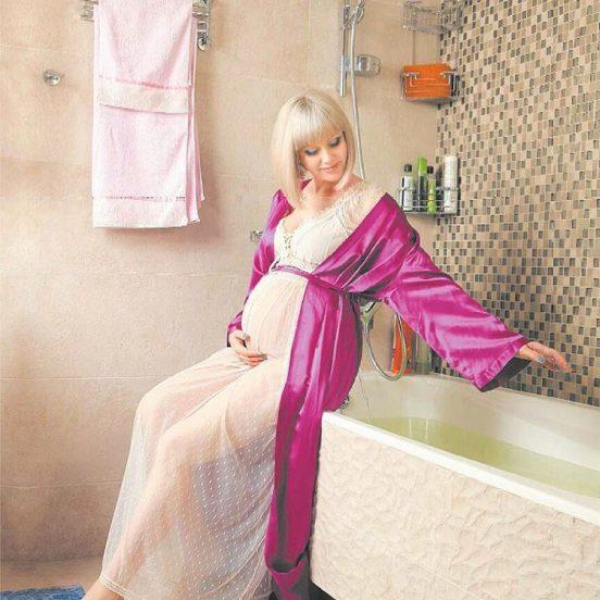 Беременная певица Натали в её ванной комнате