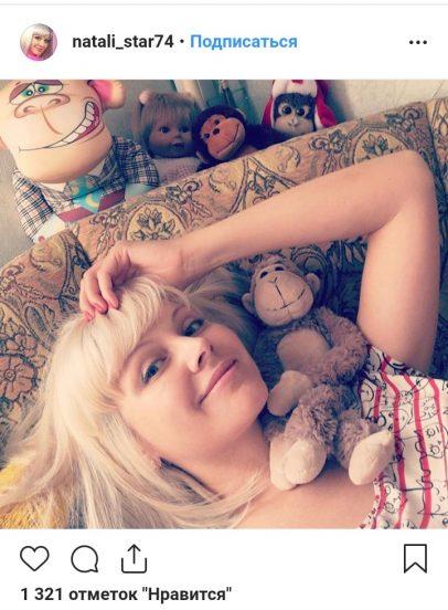 Фото Натали на диване в её квартире