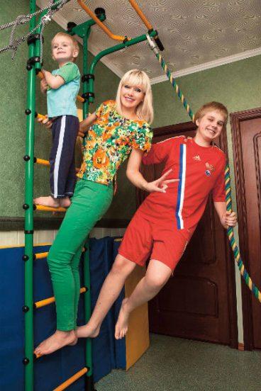 Певица Натали с её детьми на спортивной лестнице