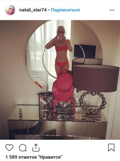 Фото Натали в купальнике через зеркало