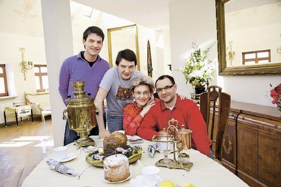 Малышева с семьей за столом