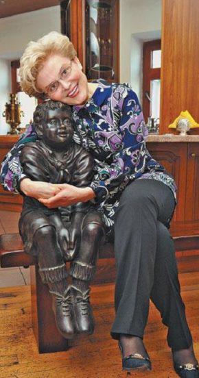 Малышева со скульптурой ребёнка
