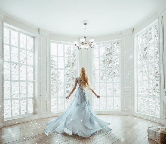 Девушка в светлой комнате