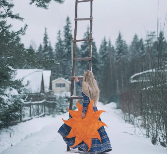 Настя с лестницей