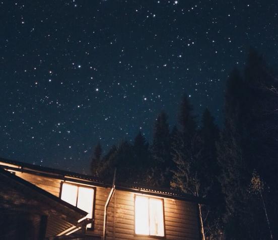 Дом на фоне звёздного неба