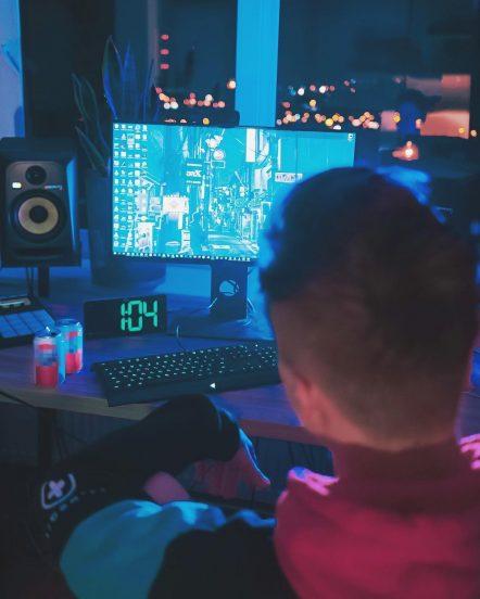 Видеоблогер Ивангай за компьютером