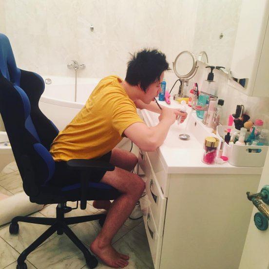 Видеоблогер Ивангай в ванной комнате