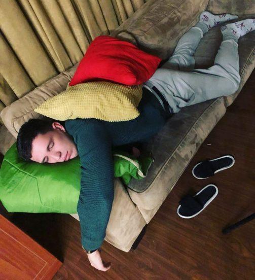 Дмитрий Масленников на диване