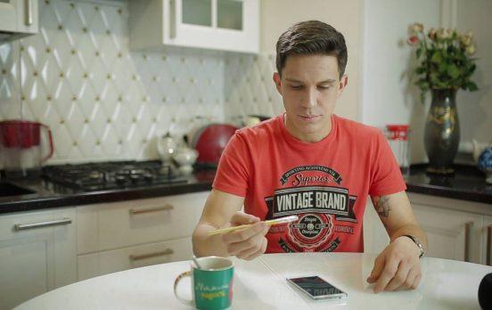 Дмитрий Масленников на кухне у себя в квартире