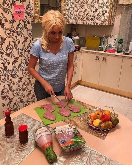 Лера Кудрявцева готовит