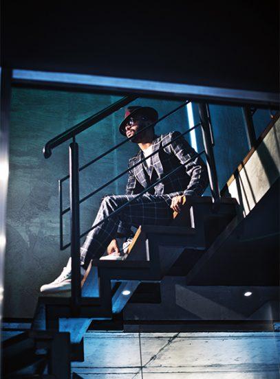 Мигель сидит на лестнице