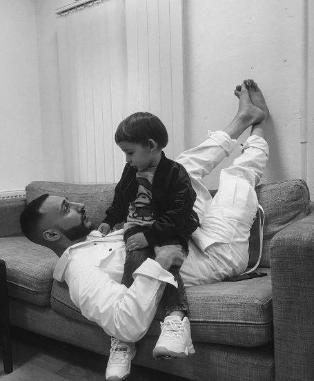 L'One играет с ребёнком