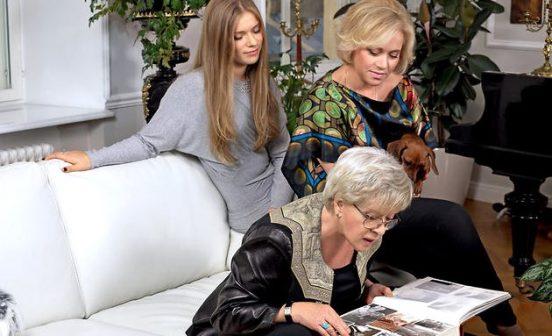 Алиса Фрейндлих с семьёй рассматривает фотоальбом