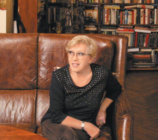 Алиса Фрейндлих на диване в гостиной