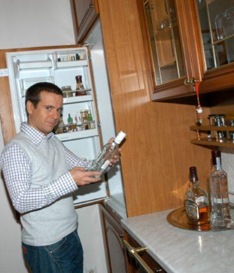 Андрей Губин в своей квартире