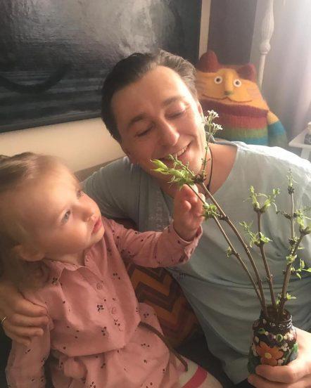 Сергей Безруков с дочкой дома
