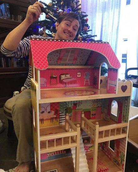 Сергей Безруков и детский домик для кукол