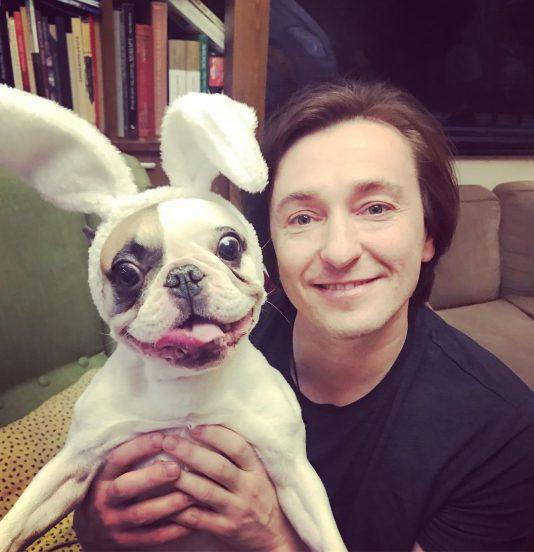 Сергей Безруков с собакой дома