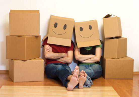 Мужчина и женщина на упаковочных коробках