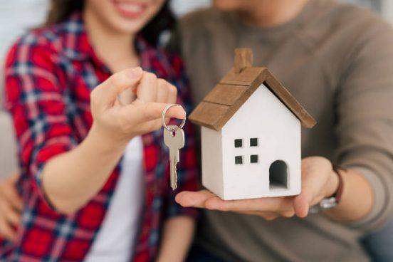Пара с ключом от нового дома