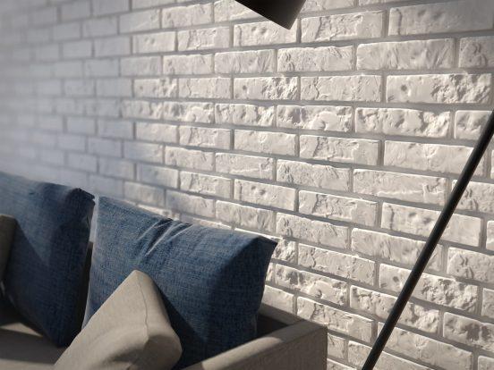 Пенопластовые кирпичи на стене