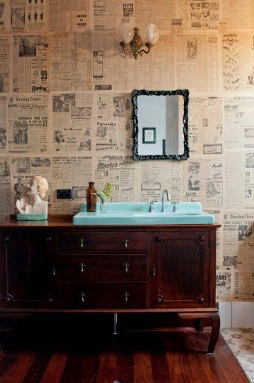 Старые газеты на стене