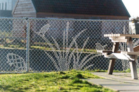 Рисунок на заборе из сетки рабицы