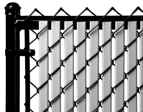 Забор из рабицы с дополнительными вставками