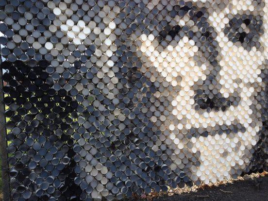 Портрет на заборе из пластиковых стаканчиков