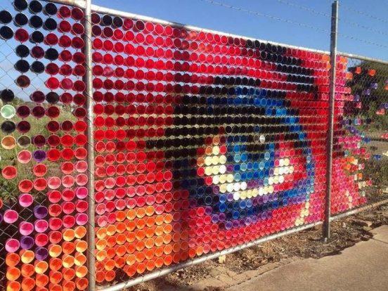 Рисунок глаза, выполненный из пластиковых стаканчиков