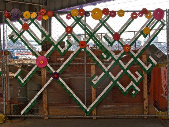 Забор, украшенный скотчем и старыми пластинками